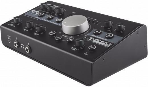 Controlador de monitor e interfaz de audio USB, con 2 preamps de micrófono, 3 entradas estéreo seleccionables, 2 salidas estéreo seleccionables y Talkback