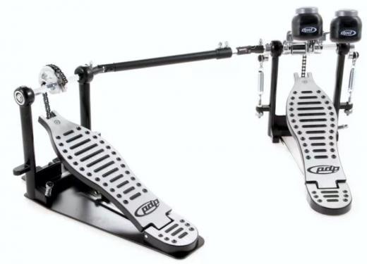 Pedal de bombo doble con placa base lateral auxiliar, doble maceta y leva de compensación