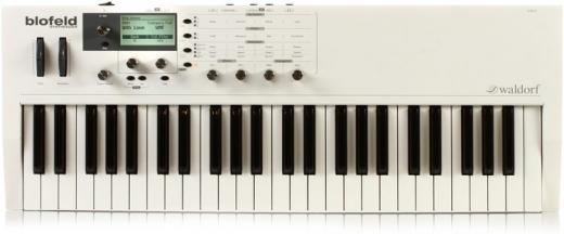 Sintetizador de 49 teclas con polifonía de 25 voces, análogo virtual, tabla de ondas y osciladores basados en muestras, 60 MB de memoria de muestra y más de 1.000 sonidos