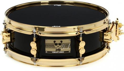 """Caja de arce de 13""""x 4"""" con aros de triple pestaña, acabado negro brillante con herrajes dorados, estilo New Jack de los 90"""