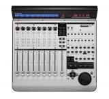 Superficie de control ampliable con 9 faders motorizados, 8 V-Pots, más de 50 botones y USB